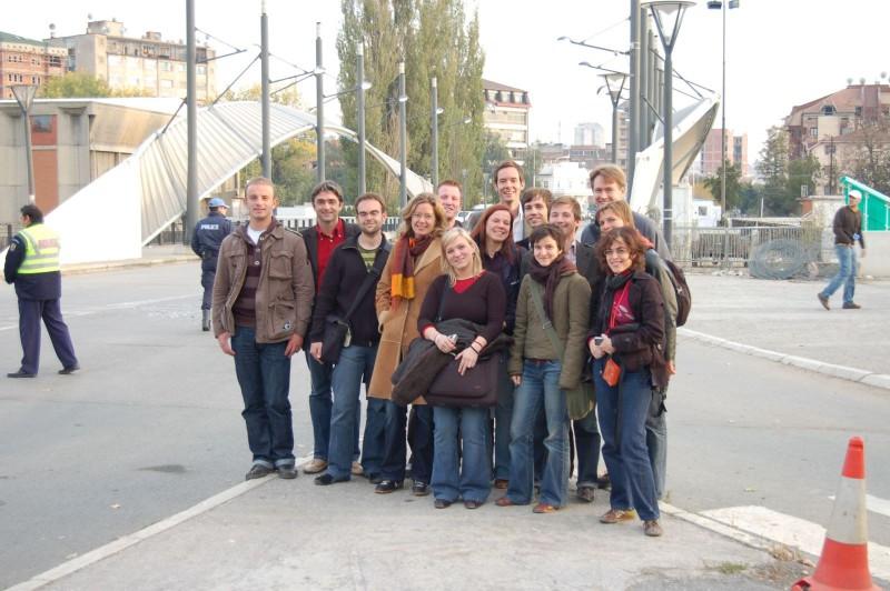 Die jn-Gruppe vor der Brücke von Mitrovica. Der Übergang zwischen dem serbischen Norden und albanischen Süden ist ein Symbol für den Konfliktherd Kosovo