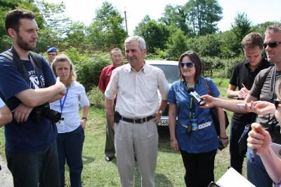 Im Interview: Georgische Flüchtlinge und Politiker an der Grenze zu Abchasien.