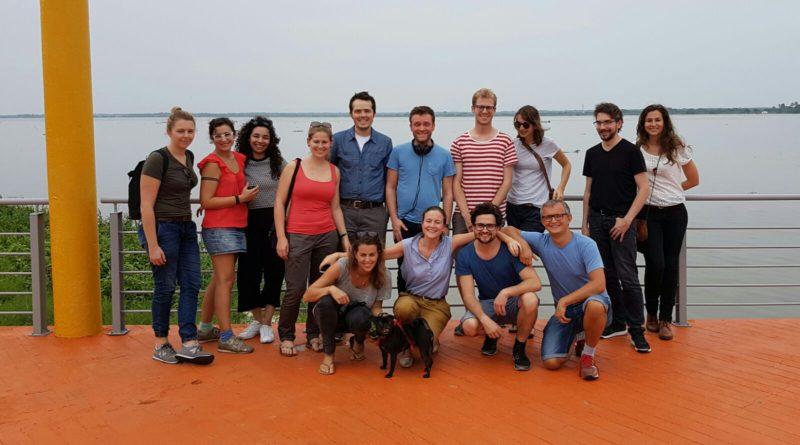 Gruppenbild mit Hund. Vorne das Exekutiv-Komitee, hinten die Teilnehmer. Alle bester Laune im Hafen von Barranquilla.