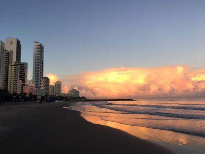 Sonnenaufgang in Cartagena. Hinten nahen bereits die nächsten Regenwolken. Doch bisher strahlt noch die Sonne.