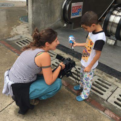 Im Barrio 13 in Medellín treffen wir gleich einen neugierigen Nachwuchsjournalisten.